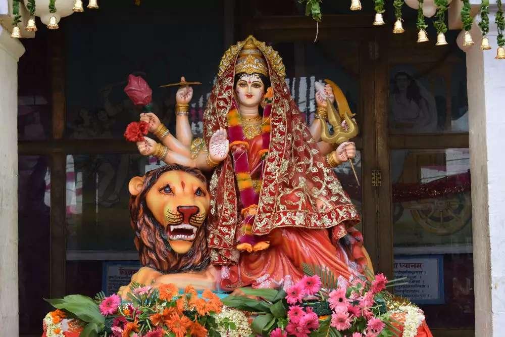 पूजा के समय कपड़े पहनने में इन गलतियों को करने से रुठ जाती हैं देवी मां